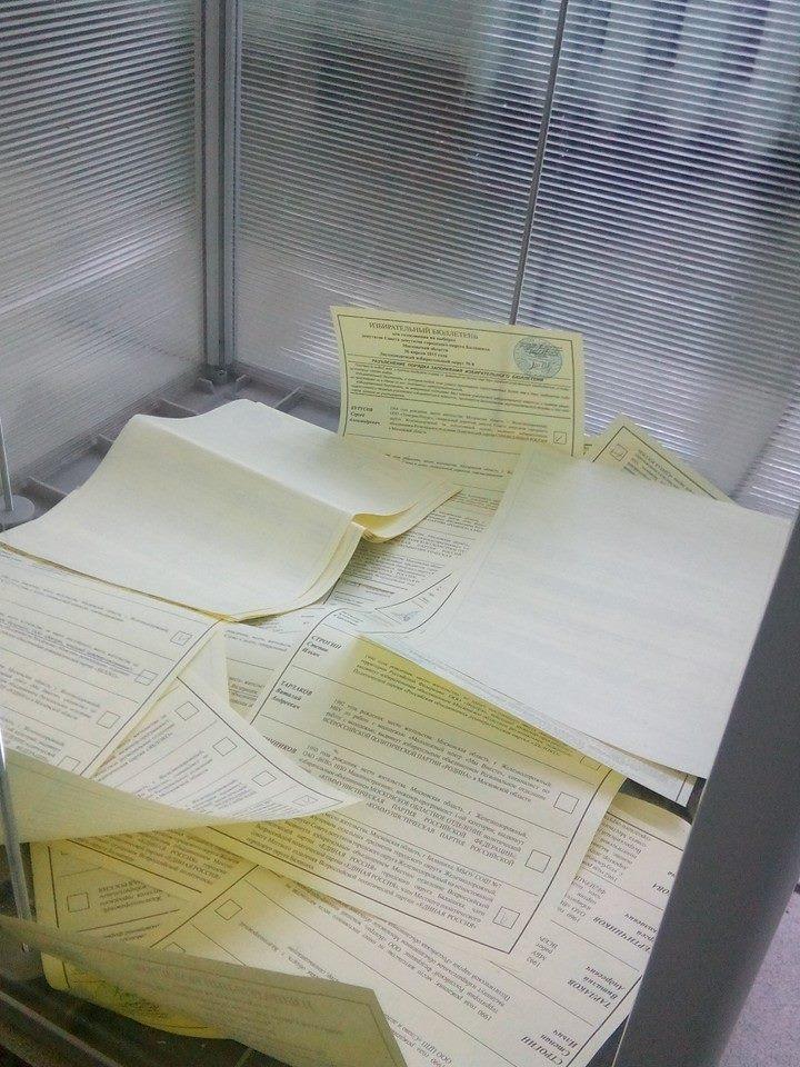 Пачка бюллетеней в урне на УИК №583 (фото: Михаил Кочетков)