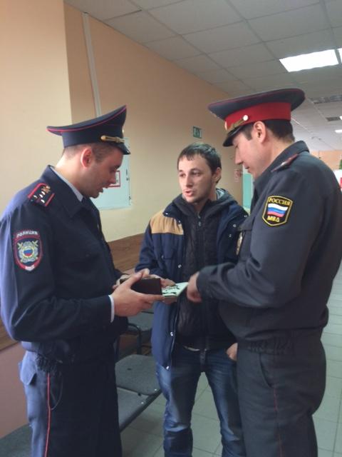 Полиция проверяет документы у участника карусели в 3 округе (фото Екатерины Бирюковой)